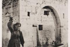 1919 - Γυναίκα με τη στάμνα