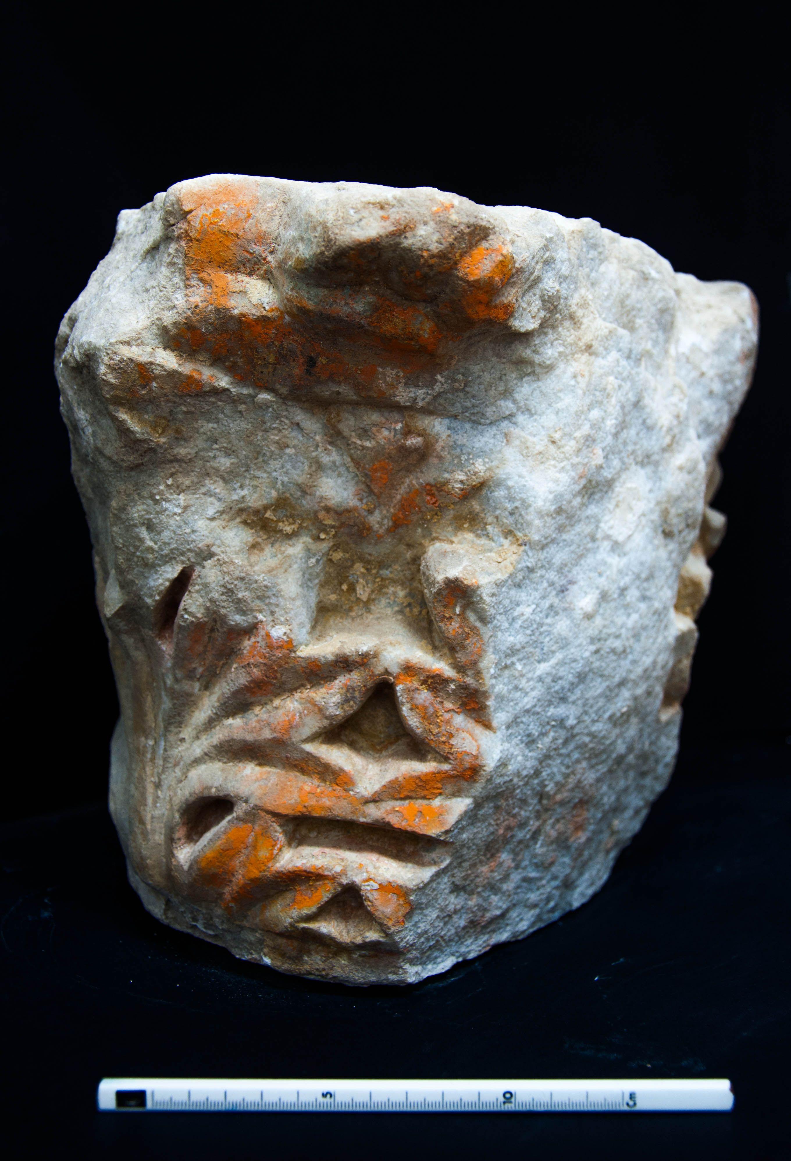 Εικ.2  (Κορινθιακό κιονόκρανο με ίχνη της επικάλυψης σε φύλλα χρυσού)